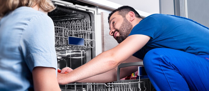 VVS'er monterer opvaskemaskine i køkken - VVS-service